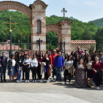 Αναμνηστική φωτογραφία μπροστά από την Iερά μονή Τσέλιε